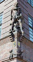 Terrakottaskulptur an der Hausfassade in der Steinstrasse / Rostock - St. Georg und der Drache, Richard Kuöhl.