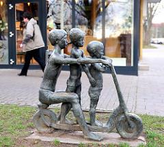 Rollerkinder, Bronzeskulptur in der Weststadt, Schwerin / Bildhauer Stephan Horota, 1975.