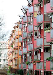 Renovierte Plattenbauten aus den 1960er Jahren in der Weststadt / Schwerin - angebaute Balkons mit farbiger Verkleidung.