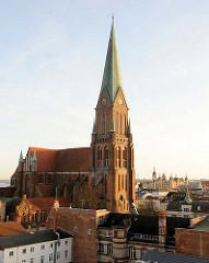 Schweriner Dom -  Baubeginn 1270, Fertigstellung 1416 - Turm neogotischer Neubau von 1893 - Backsteingotik.
