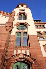 Eingang ehem. Elektrizitätswerk - historische Architektur in Schwerin.