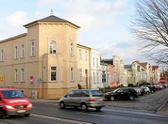 Wohnarchitketur in Schwerin - unterschiedlich hohe Wohnhäuser, schlichter Baustil.