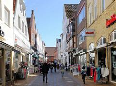 Fussgängerzone, Einkaufsstrasse in Rendburg - Geschäfte in der Hohen Strasse.