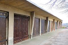Garagen mit Holztor und Überdachung - Baustil der 1960er Jahre; Architektur in der DDR, Weststadt / Schwerin.