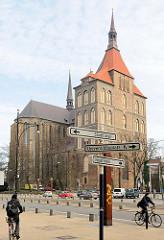 Rostocker Hauptkirche / Marienkirche - fertiggestellt Mitte des 15. Jahrhunderts; Lange Strasse, Hinweisschilder Stadthafen, Universitätsplatz, Neuer Markt.