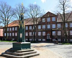 Gerhardbrunnen am Schlossplatz in Rendsburg - im Hintergrund Hospital zum Heiligen Geist.