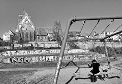 Kinderspielplatz an der Warnowstrasse - Kirchenschiff der Rostocker Nikolaikirche.