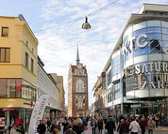 Fussgängerzone Kröpeliner Strasse, Rostock - Geschäfte; im Hintergrund das Kröpeliner Tor.