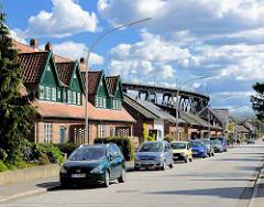 Wohnhäuser / Reihenhäuser an der Rendsburger Hochbrücke / Eisenbahnbrücke - Industriedenkmal, eröffnet 1913.