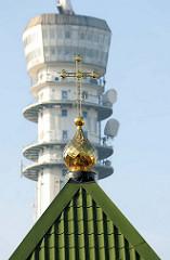 Fernsehturm Schwerin, eröffnet 1964 - davor Kirchenspitze Zwiebelfomr mit Kreuz in Gold - Russisch Orthodoxe Kirche Schwerin, erbaut 2011 - Gemeinde des Hl. Großmärtyrers Dimitreos von Thesaloniki.