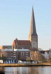 Blick über die Unterwarnow zur Petrikirche in Rostock.