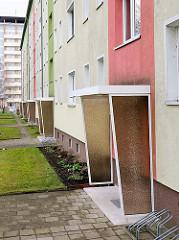 Hauseingänge - Windschutz / Regenschutz; Architektur der 1960er Jahre, Plattenbauten in der Weststadt, Schwerin.