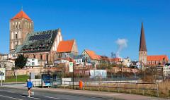 Kirchen in der Hansestadt Rostock - lks. die Nikolaikirche + re. die Petrikirche.