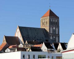 Kirchenschiff und Kirchturm der Rostocker Nikolaikirche - Hausdächer der Hansestadt.
