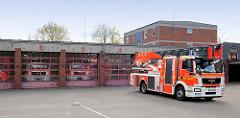 Feuerwache Rendsburg - Feuerwehrfahrzeug auf dem Hof.