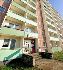 Friseur - Geschäft im  Hochhaus; Plattenbau in Schwerin - Muesser Holz; Balkons mit mintgrüner Verkleidung; Architektur der 1980er Jahre in der DDR.