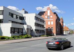 Neu + alt, Amtsgericht in Rendsburg; moderner Verwaltungsbau / Backsteinarchitektur.
