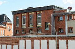 Justizvollzugsanstalt JVA Rendsburg - Backsteingebäude, Stacheldraht.