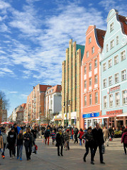 Historische und moderne Archtitektur - Geschäftshäuser in der Kröpeliner Strasse, Rostock.