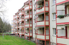 Renovierte Plattenbauten aus den 1960er Jahren in der Weststadt / Schwerin - angebaute Balkons.