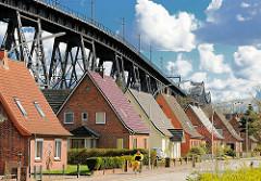 Einfamilienhäuser mit Spitzdach, Eisenbahnhochbrücke - Fotos aus Rendsburg, Schleswig-Holstein.