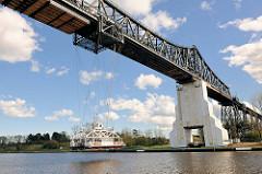 Schwebefähre unter der Rendsburger Hochbrücke über den Nord-Ostsee-Kanal.