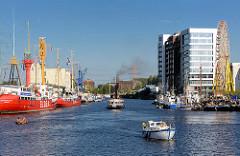 Hafenfest im Harburger Hafen - Traditionsschiffe am Kai; ehemalige Silos am Veristaskai zu Bürohausern umgenutzt.