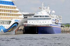 Die Kreuzfahrtschiffe AIDAsol und Explorer liegen am Hafencity Terminal im Hambuger Hafen.