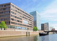 Büroneubauten - moderne Architektur im Hamburger Stadteil Hafencity; Barkasse im Brooktorhafen.