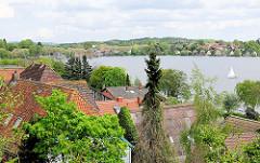 Blick über die Dächer von Plön auf den Plöner See.