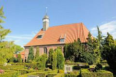Backsteinarchitektur der Trinitatiskriche in Neuendorf - Dachreiter, welsche Haube - vergoldete Kugel / Wetterhahn.