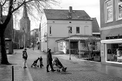 Sonntagmorgen in Plön, fast leere Strassen; im Hintergrund der Kirchturm der St. Nikolai Kirche.
