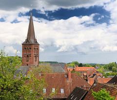 Kirchturm der St. Nikolaikirche über den Dächern von Plön.