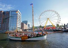 Hafenfest im Harburger Hafen - Riesenrad; Traditionssegler JOHANNA mit Fahrgästen an Bord.