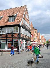 Fussgängerzone, Einkaufsstrasse / Lange Strasse in Plön - Fachwerkhaus, Geschäfte.