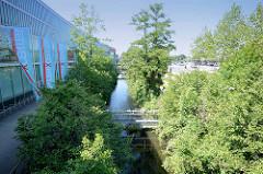 Seevekanal - historischer Wasserweg in Hamburg Harburg; lks. das Einkaufszentrum Phönixcenter.