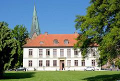 Gebäude der Eutiner Landesbibliothek im Kavaliershaus am Schlossplatz -  im Hintergrund die Stadtkirche St. Michaelis.