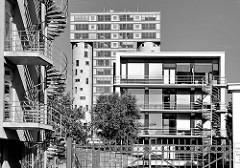 Moderne Architektur im Hamburger Stadtteil Harburg - im Hintergrund das ehem. Silo am Schellerdamm, das zum Bürogebäude umgebaut wurde.