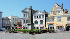Eutiner Marktplatz - Bürgerhäuser in unterschiedlichem Architekturstil; Denkmal / Stele für die gefallenen Soldaten des deutsch-französischen Krieges 1870 / 1871.