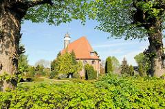 Backsteinarchitektur der Trinitatiskriche in Neuendorf.