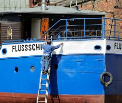 Die Flussschifferkirche in der Werft am Reiherstieg - das zum schwimmenden Gotteshaus umgebaute Binnenschiff wird für die TÜV-Abnahme in der Flint-Werft überholt.