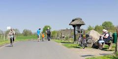 Deichstrasse bei Haseldorf - Fahrradrast.