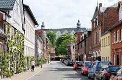 Blick durch die Johannisstrasse in Plön zu Plöner Schloss.