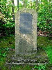 Gedenkstein zwischen Bäumen in Haseldorf - Inschrift: Zur Erinnerung an die Erhebung unseres Volkes am 24. März 1848 ist diese Doppeleiche gepflanzt 1898. DEINE VÄTER EINST STRITTEN UM FREIHEIT UND RECHT. NUN WAHRE ES WÜRDIG DU JUNGES GESCHLECHT.