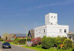 Haseldorfer Deichstrasse - zum Wohnhaus umgebautes Feuerwehrgebäude mit Turm.