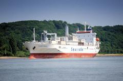 Der weisse Frachter ATLANTIC REEFER läuft aus dem Hamburger Hafen aus.  Das Kühlschiff hat eine Länge von 144,97 m und eine Breite von 22,60 m.