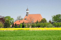 Trinitatiskirche in Neuendorf b. Elmshorn - grüne Felder, Raps in Blüte.