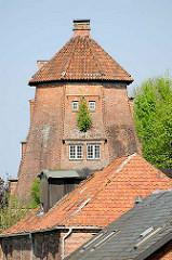 Haseldorfer Mühle - Mühlenstumpf der Deichmühle, neuerbaut ca. 1846 - jetzt leerstehendes Wohngebäude.