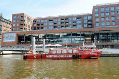 Barkassenanleger Maritimes Museum an den Elbarkaden in der Hamburger Hafencity - rote Barkasse, Fahrgastschiff Ballinstadt der Maritimen Circle Line.