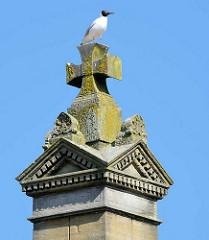 Eine Möwe sitzt auf der Spitze der Stele des Gefallenendenkmals für die Soldaten des deutsch-französischen Krieges 1870 / 1871.